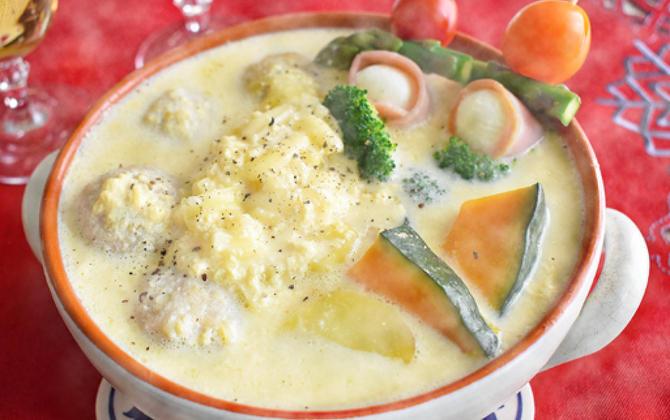 はっとりさん家の うずらの卵入り鶏団子と串野菜のカルボ鍋