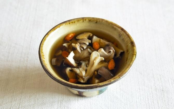 からだがポカポカ温まる きのこの薬膳だしスープ