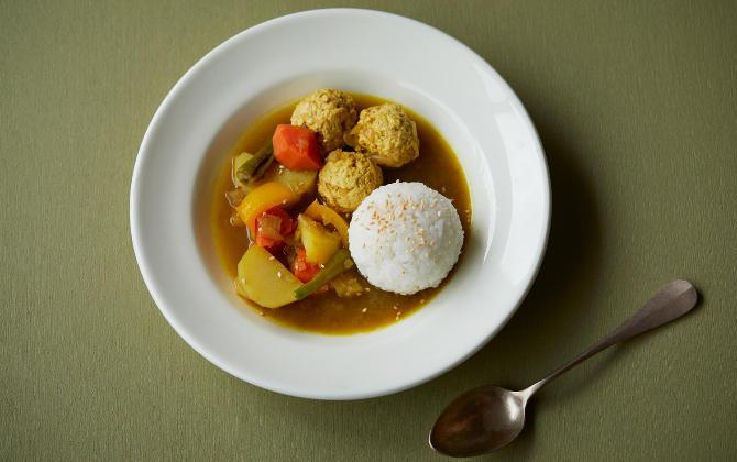 ごろごろ具材がヘルシー 鶏と野菜の和風だしスープカレー